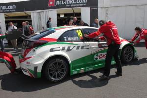 12 Tiago Monteiro wordt door de crew naar de garage geduwd