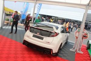 15 Ik ben niet de enige die vol bewondering naar de 310 pk sterke Civic Type-R kijkt